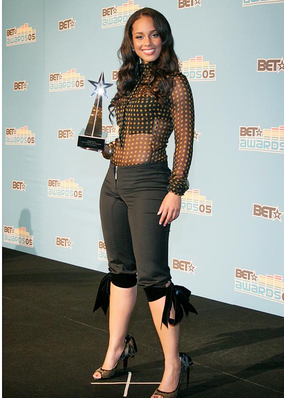 Alicia Keys with award in the pressroom