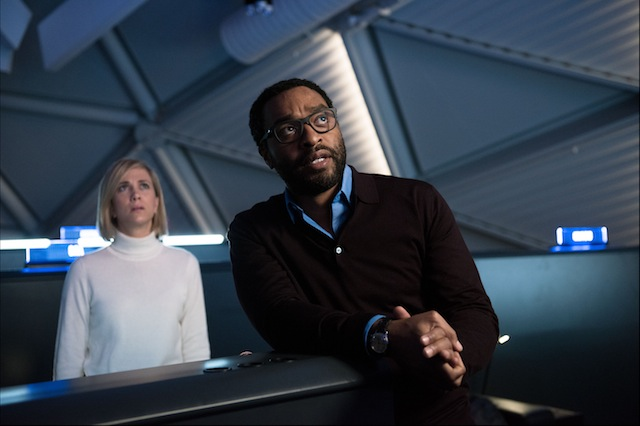 Annie Montrose (Kristin Wiig), NASA's media relations director, and NASA's Director of Mars missions, Dr. Vincent Kapoor (Chiwetel Ejiofor), do everything they can to bring home an astronaut stranded on Mars, in THE MARTIAN.